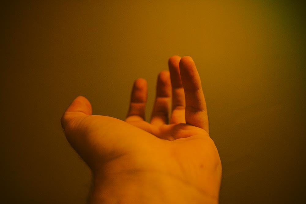 Una mano que da algo